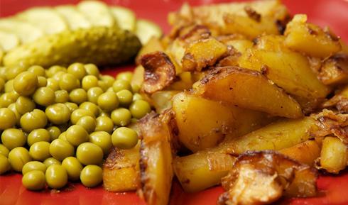 Намагайтеся не подавати картоплю окремо. Прикрасьте свіжими овочами, солоними огірками, кількома кульками зеленого горошку, листочком петрушки - не важливо, лише аби чимось розбавити її.