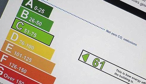 При купівлі побутового приладу, потрібно уважно вивчити етикетку енергоефективності. На ній є літерні покажчики від А (найвищий клас енергоефективності) до G (найнижчий).