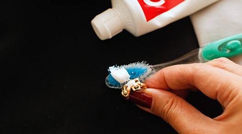 Зубний порошок або паста - найдоступніший метод. Можна чистити всуху, розвести в невеликій кількості води або додати трохи лимонного соку