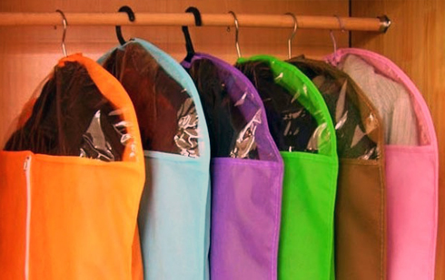 Зимові пальта, шуби, куртки та дублянки найкраще, зрозуміло, зберігати в чохлах на вішалці в шафі (вбиральні) в розправленому вигляді, застебнутими на всі ґудзики.