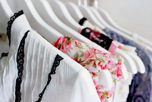 Як зберігати літній одяг та взуття зимою?