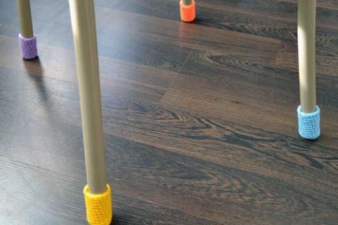 Для запобіганню появи подряпин на ламінаті, подбайте про накладки на ніжки стола, та інших меблів