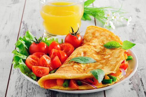У омлет можна додати найрізноманітніші начинки - овочі, гриби, сир, шинку і навіть фрукти і мед