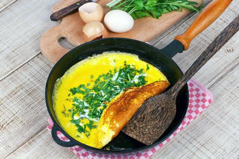 Ідеальний варіант для омлету - чавунна сковорода з антипригарним покриттям