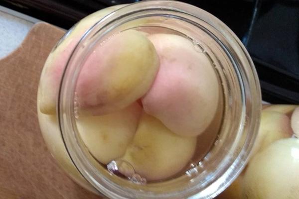 Підготовлені до консервації банки слід наповнити половинками, основне, щоб персики повністю були у сиропі