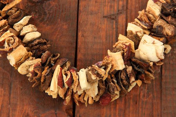 Ідеальними для сушіння грибами вважаються білі гриби, лисички, опеньки, підосичники та підберезники