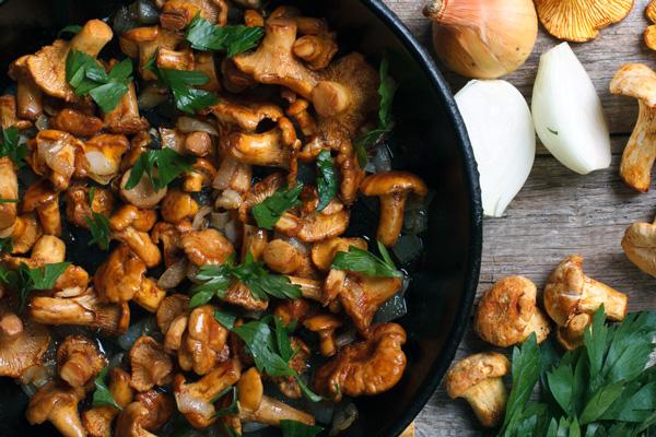 Щоб гриби вийшли максимально смачними та апетитними, їх потрібно класти тільки на розпечену сковороду і смажити протягом декількох хвилин, при цьому постійно помішуючи