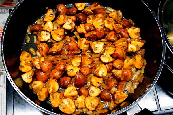 Хочете, щоб після приготування, гриби отримали золотисту скоринку? Перестаньте їх, не перестаючи, помішувати