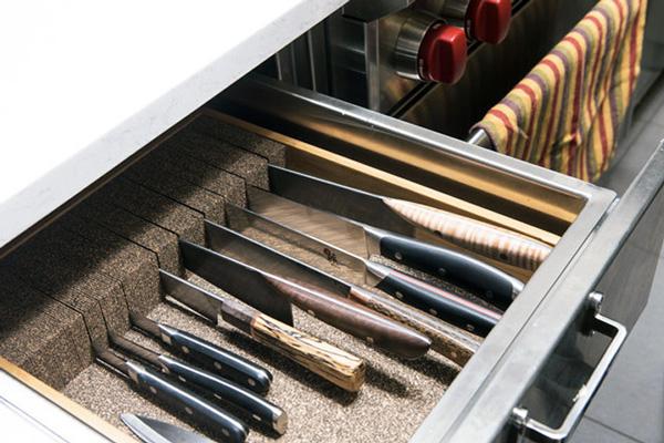 Якщо ви хочете, щоб ножі прослужили вам якомога довше, зберігайте їх окремо від ложок, виделок та іншого кухонного інвентарю