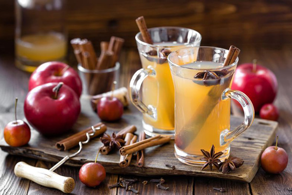 Яблучний збитень - напій сповнений вітамінів і чинить не лише зігріваючу, але і протизапальну дію